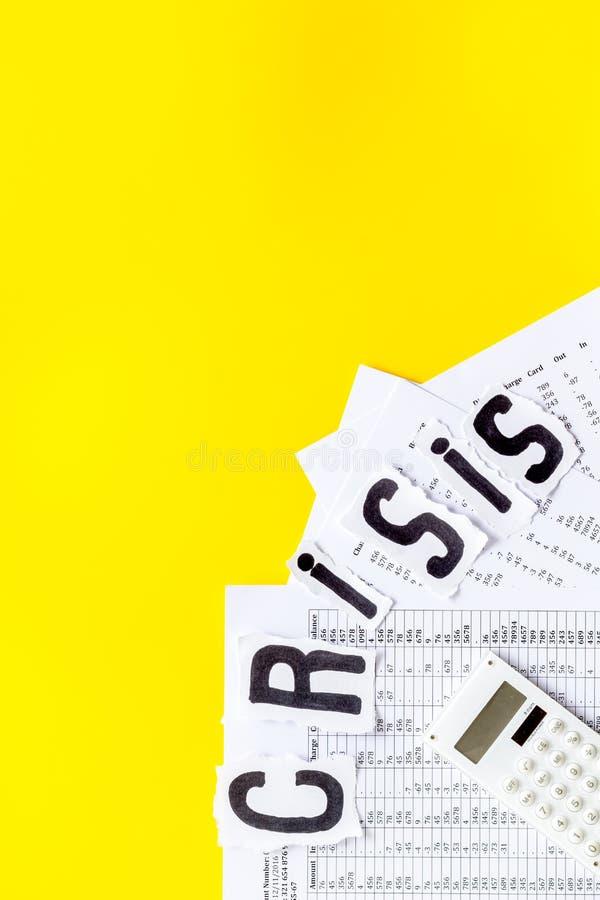 Koncepcja światowego kryzysu finansowego - dokumenty, kalkulator - na żółtym tle górna powierzchnia kopii obrazy stock