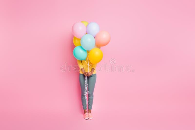 Koncepcja chowanego Pełne zdjęcie ładnej, miłej, szczęśliwej dziewczyny, która imprezowała na urodzinach ukrytych za wieloma fotografia royalty free