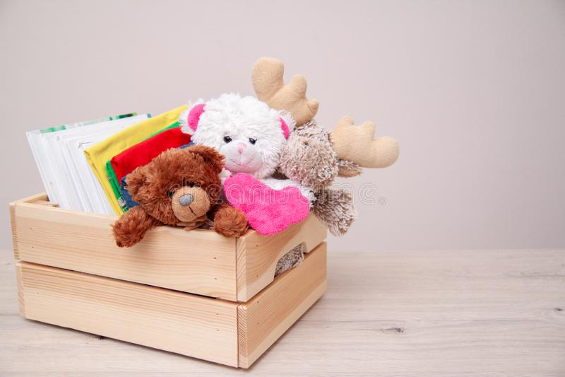 Koncepcja dawstwa Darowizna z dziecięcymi ubraniami, książkami, artykułami szkolnymi i zabawkami Zabawka z niedźwiedzia i łosia zdjęcie stock