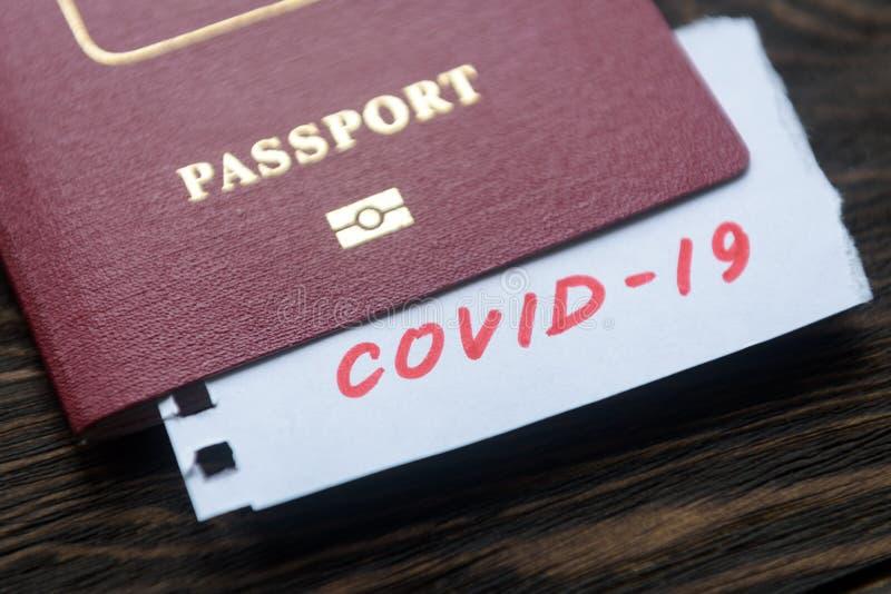Koncepcja koronawirusowa i podróżnicza Uwaga COVID-19 - koronawirus i paszport Epidemia wirusa korony powieści Epidemia w Wuhan,  obraz stock
