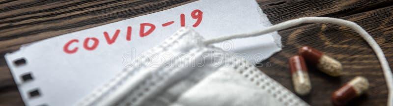 Koncepcja koronawirusowa Panoramiczne spojrzenie na notatkę COVID- 19, maskę i kapsułki pigułowe do leczenia koronawirusów Nowato obraz royalty free