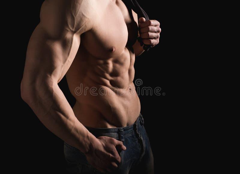 koncepcja kulowego fitness pilates złagodzenie fizycznej Mięśniowa i dysponowana półpostać młody człowiek ma perfect abs, bicep i fotografia stock