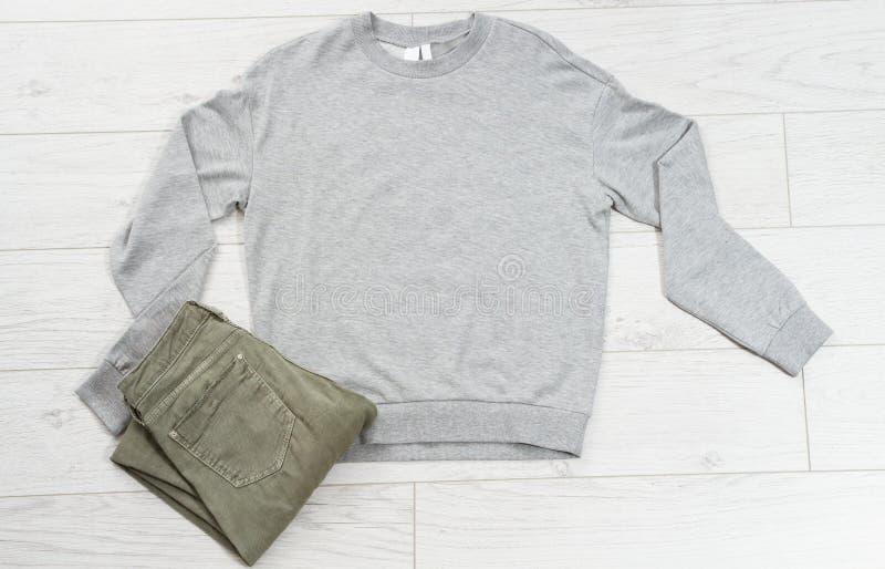 Koncepcja makijażu koszulki z widokiem na górę, koszulka pusta na logo, ubrania do promocji marki, miejsce na kopie w tle koszulk zdjęcie stock