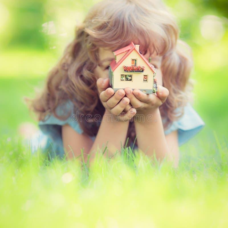 koncepcja nieruchomości w domu rąk real obrazy royalty free