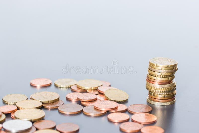 Koncepcja pieniężna: Monety na sobie Inflacja, waluta, oszczędności, pieniądze zdjęcie stock