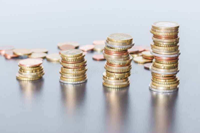 Koncepcja pieniężna: Monety na sobie Inflacja, waluta, oszczędności, pieniądze fotografia royalty free