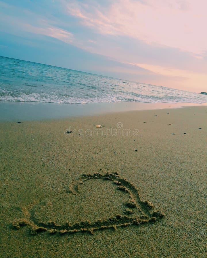 koncepcja plażowa pary rąk miłości zdjęcie royalty free