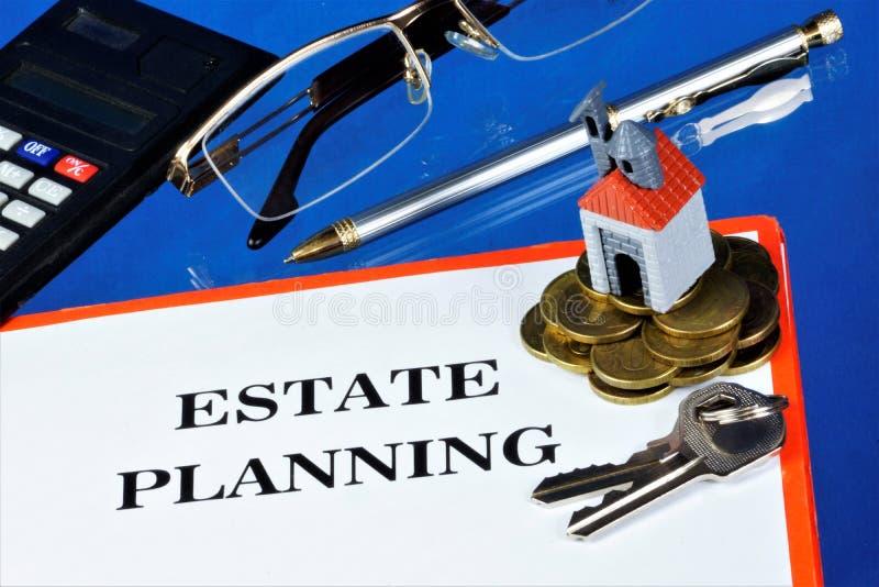 Koncepcja planowania komfortowej nieruchomości - klucze i dom symbolem dobrego samopoczucia, udany zakup fotografia stock