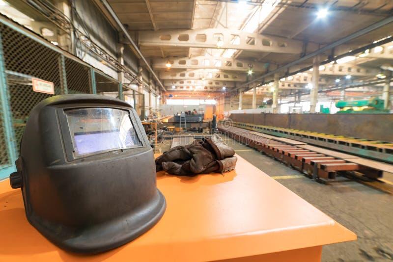 koncepcja przemysłowe Budowa wśrodku rękodzielniczego talerza Hełma i pracy ubrania na przedpolu zdjęcia royalty free
