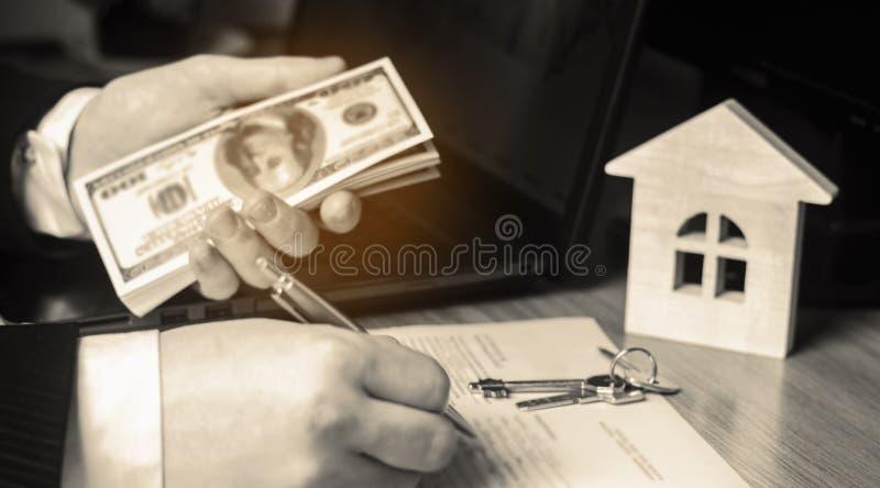 koncepcja real nieruchomości Kupienia i sprzedawania domy Czynszowy mieszkanie Sprzedaż własność Hipoteka i zapłata podatki Dług  zdjęcie stock