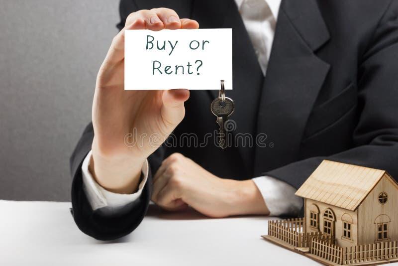 koncepcja real nieruchomości Ręki trzyma wizytówkę z teksta zakupem, czynsz lub klucze obrazy stock