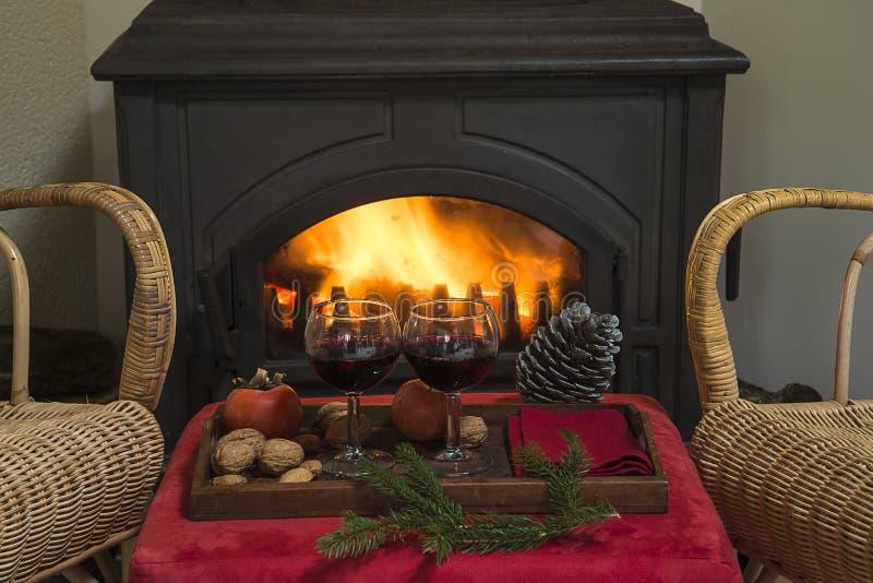 Koncepcja słodkich świąt lub zimowych świąt Płonący piec drewniany, dwa krzesła fotografia stock