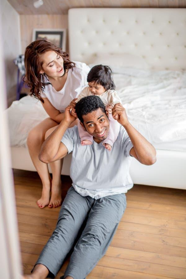 koncepcja szczęśliwa rodzina mały ładny dziewczyny obsiadanie na jej ojcu obrazy royalty free