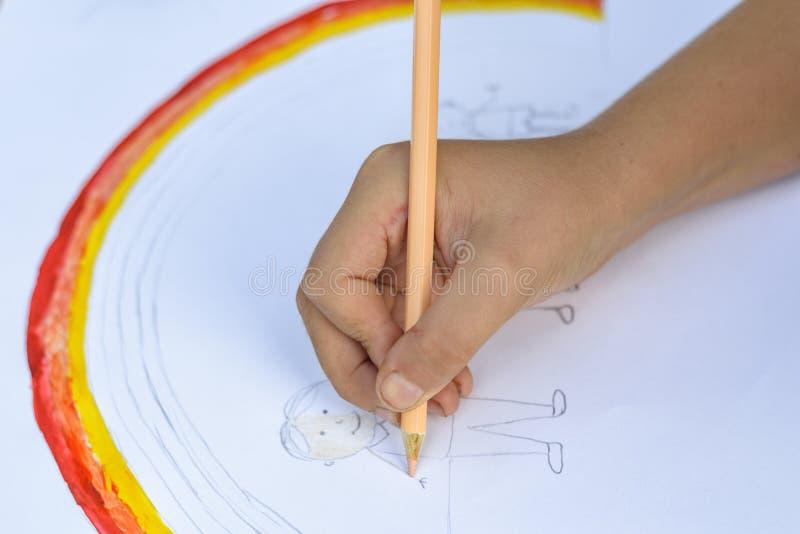 koncepcja szczęśliwa rodzina Dziecko remisy na prześcieradle papier: ojca, matki, chłopiec i dziewczyny chwyta ręki przeciw tłu t zdjęcie stock