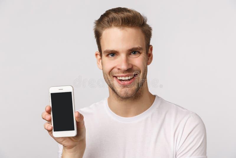 Koncepcja technologii promocyjnej, internetowej i mobilnej Zbliżenie studio portret atrakcyjny ekscytowany i zadowolony młoda blo obraz stock