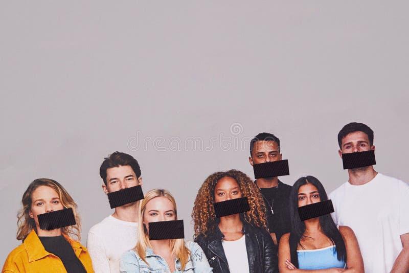 Koncepcja Wolności Mowy Pokazująca Grupę Młodych Ludzi Z Głośami Pokrytymi Taśmą zdjęcie stock