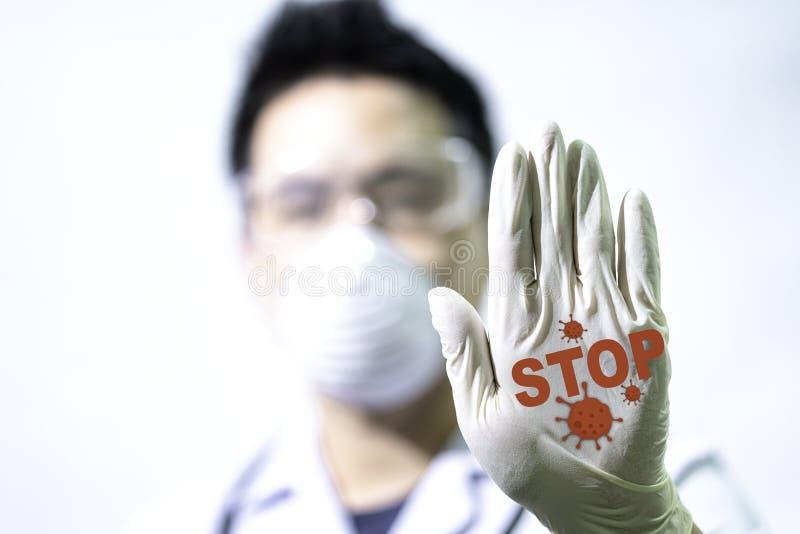 Koncepcja zatrzymania COVID-19 Samiec lekarz robi sygnał, aby zatrzymać wirusa ręcznie Lekarze posiadający Coronavirus 2019-nCoV  obrazy royalty free
