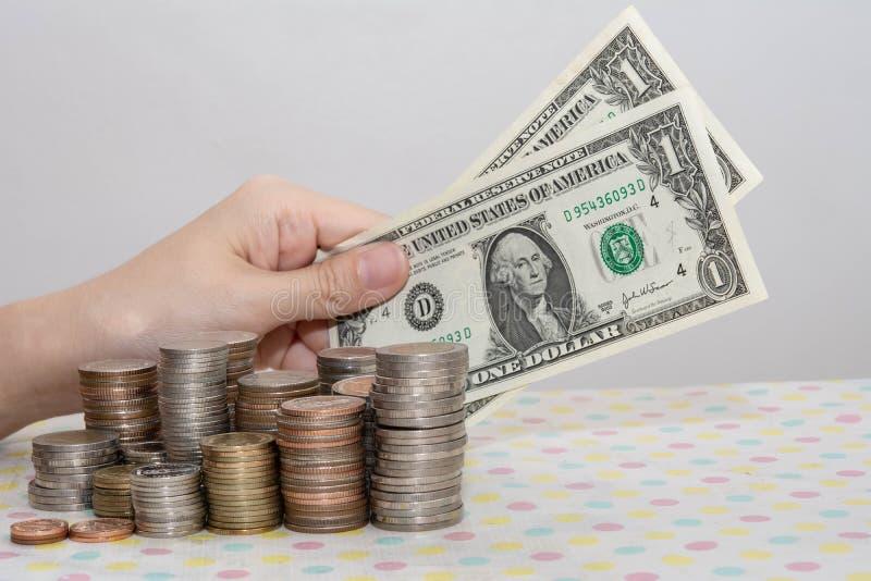 Koncepcje rachunkowe prezentowane przez kobiece dłonie, liczące rachunki za pieniędzmi stos na białych monetach obraz stock