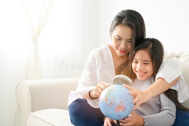 Konceptet familj, barn, utbildning, skola och lyckliga människor - mor och dotter med Discovery World Learning Analys royaltyfri foto
