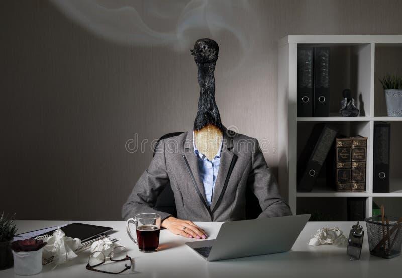 Konceptualna fotografia ilustruje burnout syndrom przy pracą fotografia royalty free