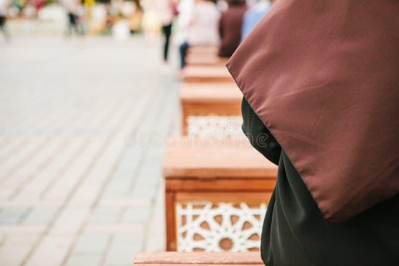 Konceptualna fotografia kobieta jest ubranym hijab obsiadanie w Sultanahmet kwadracie w Istanbuł, Turcja obrazy royalty free