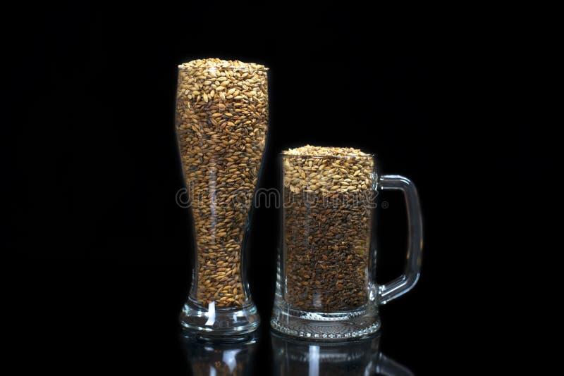Konceptualna fotografia symuluje piwo od zmroku i ?wiat?a s?odu w piwnym szkle obrazy royalty free