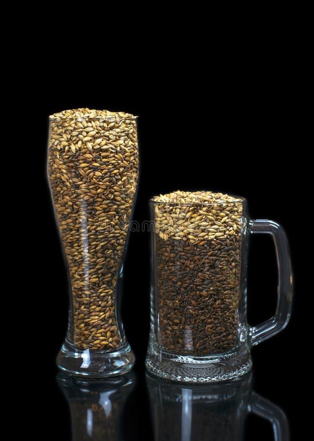 Konceptualna fotografia symuluje piwo od zmroku i ?wiat?a s?odu w piwnym szkle zdjęcie stock