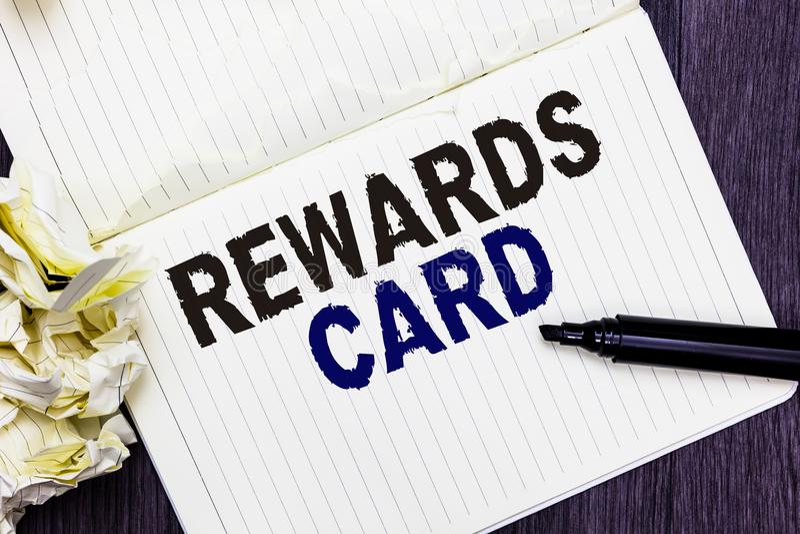 Konceptualna ręki writing seansu nagród karta Biznesowa fotografia teksta pomoc zarabia gotówkowe punkt mily od codziennych zakup zdjęcie stock
