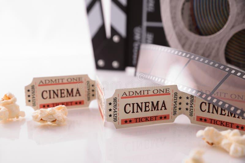 Konceptualni przedmioty kino z białym tła zakończeniem up obrazy stock