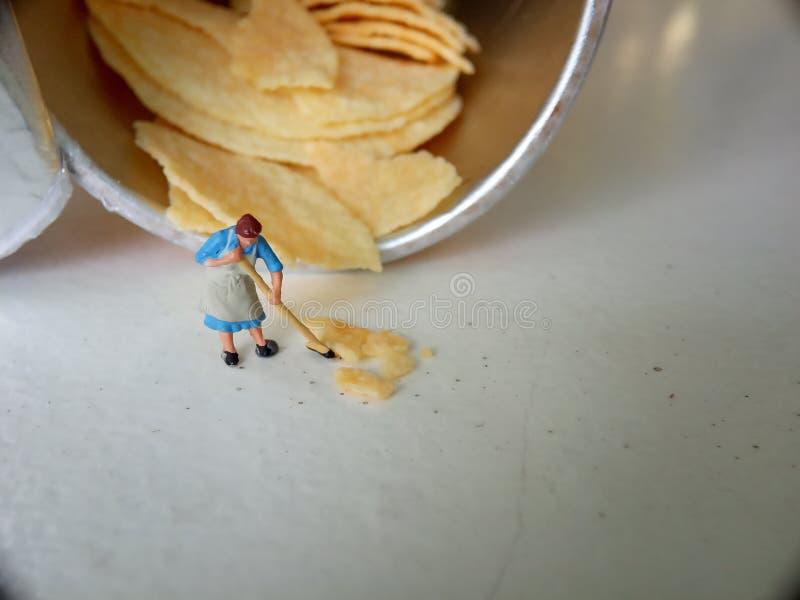 Konceptualny, fotografii 1 kobiety czyści upadek serowe frytki obrazy stock
