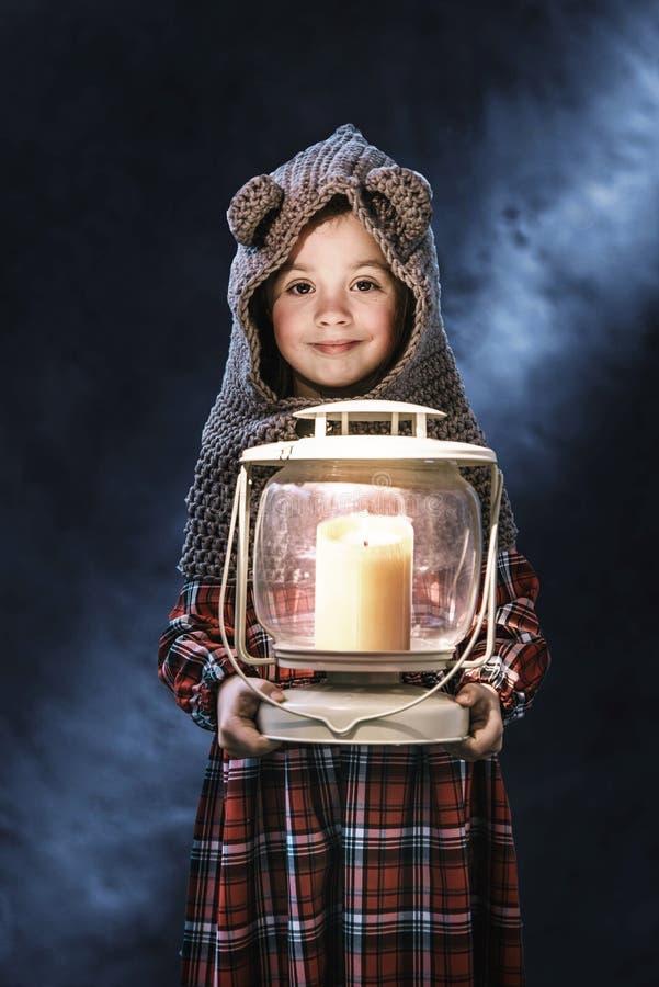 Konceptualny portret śliczna mała dziewczynka trzyma pochodnię fotografia royalty free