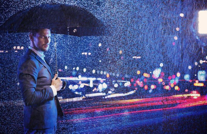 Konceptualny portret biznesmen patrzeje życie nocne zdjęcie royalty free