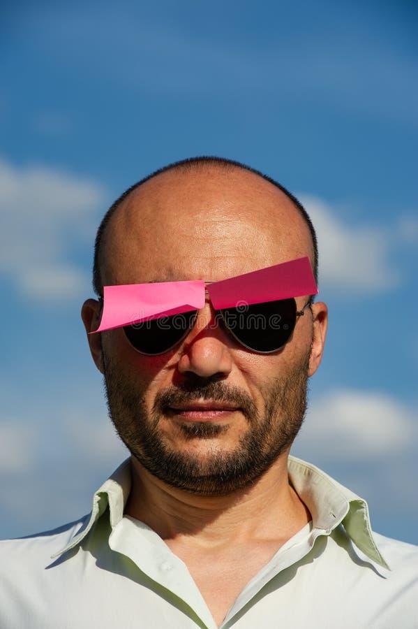 Konceptualny portret biznesmen w nowożytnych okularach przeciwsłonecznych klajstrujących zdjęcie stock