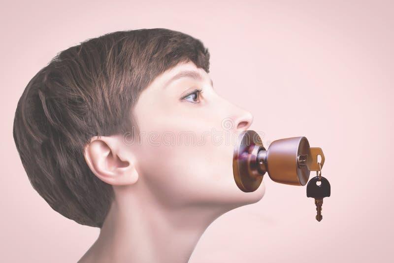 Konceptualny portret kobieta utrzymuje ciszę z kędziorkiem nad jej usta obraz stock