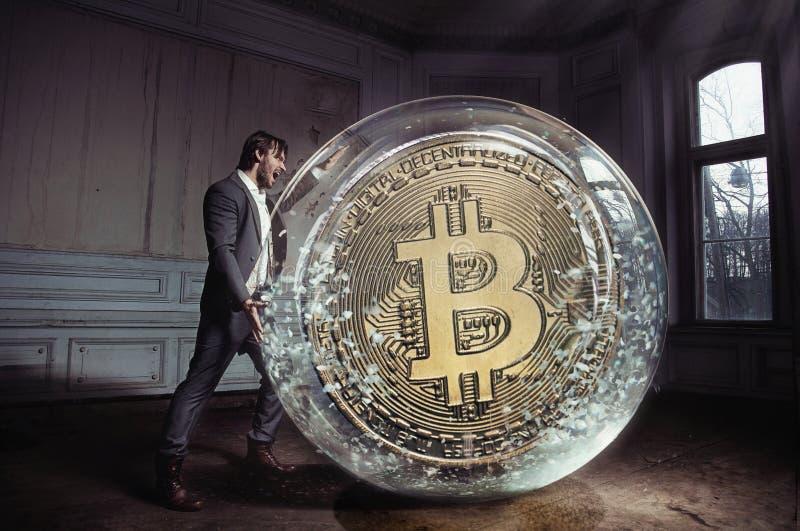 Konceptualny portret przystojny biznesmen niesie bitcoin fotografia stock