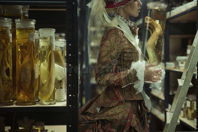Konceptualny potrait dama w retro laboratorium zdjęcia stock