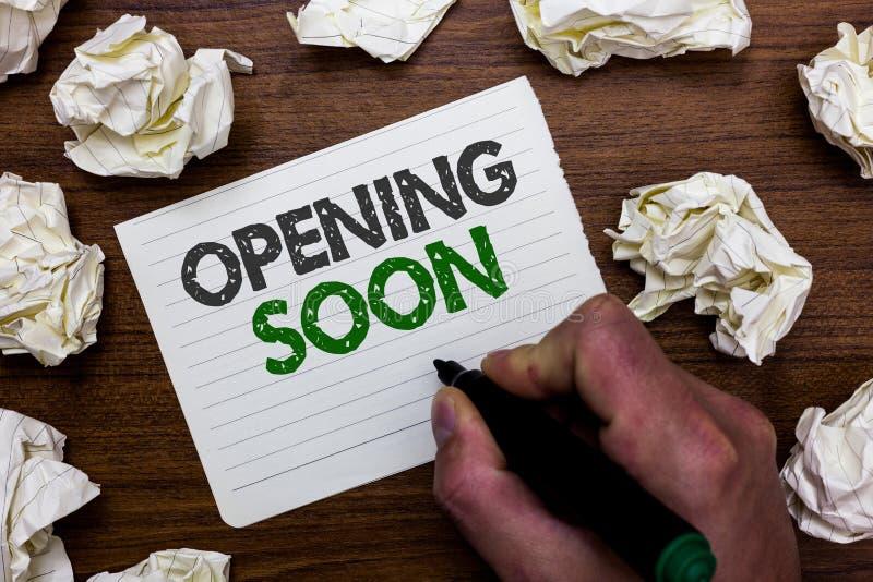 Konceptualny ręki writing pokazuje Otwierać Wkrótce Biznesowa fotografia pokazuje Iść być dostępnym lub dostępnym shor publicznie obrazy stock