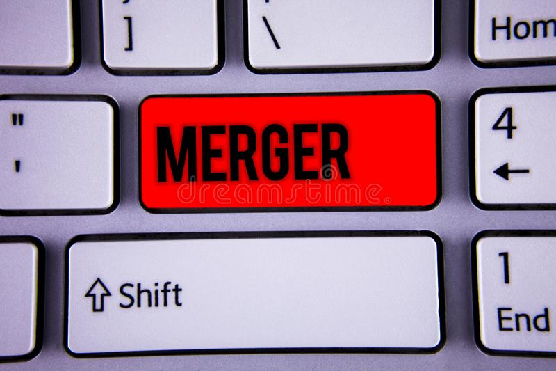 Konceptualny ręki writing pokazuje połączenie Biznesowa fotografia teksta kombinacja dwa rzeczy lub firmy fuzi Koalicyjnego ujedn zdjęcia stock