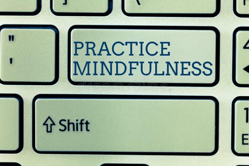 Konceptualny ręki writing pokazuje praktyki Mindfulness Biznesowy fotografii pokazywać dokonuje stan relaks forma fotografia royalty free