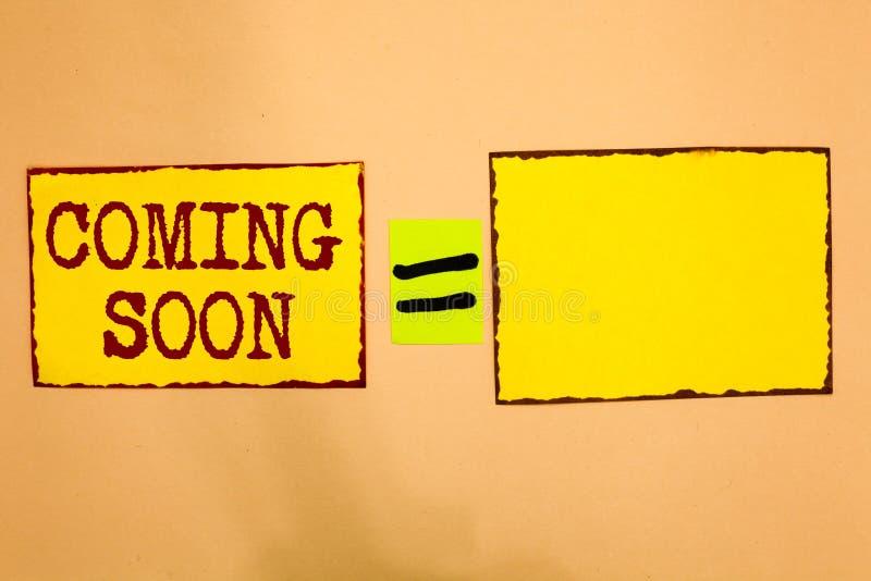 Konceptualny ręki writing pokazuje Przychodzić Wkrótce Biznesowa fotografia pokazuje coś iść zdarzać się w krótkim czasie okres n zdjęcie stock
