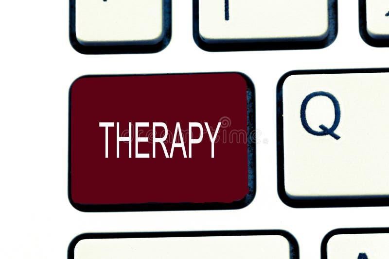 Konceptualny ręki writing pokazuje terapię Biznesowa fotografia pokazuje traktowanie zamierzającego uśmierzać nieład lub uzdrawia zdjęcia royalty free