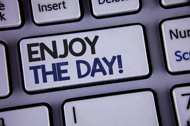 Konceptualny ręki writing seans Cieszy się dnia Motywacyjnego wezwanie Biznesowa fotografia pokazuje przyjemność Szczęśliwego sty zdjęcia royalty free
