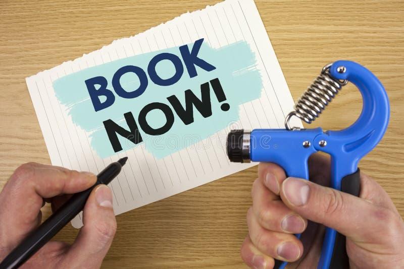 Konceptualny ręki writing seansu książki Teraz Motywacyjny wezwanie Biznesowy fotografii pokazywać Robi rezerwaci w hotelowym lot obraz royalty free
