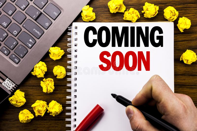 Konceptualny ręki writing teksta podpis Przychodzi Wkrótce Biznesowy pojęcie dla wiadomości przyszłości Pisać na pastylka laptopi zdjęcie stock