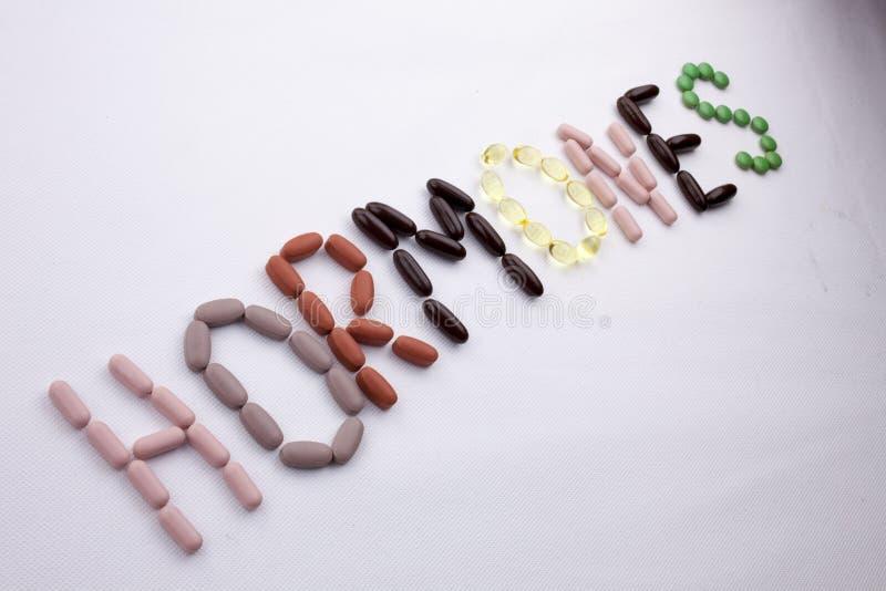 Konceptualny ręki writing teksta podpisu inspiraci opieki medycznej zdrowie pojęcie pisać z pigułka leków kapsuły słowa hormonami zdjęcia stock