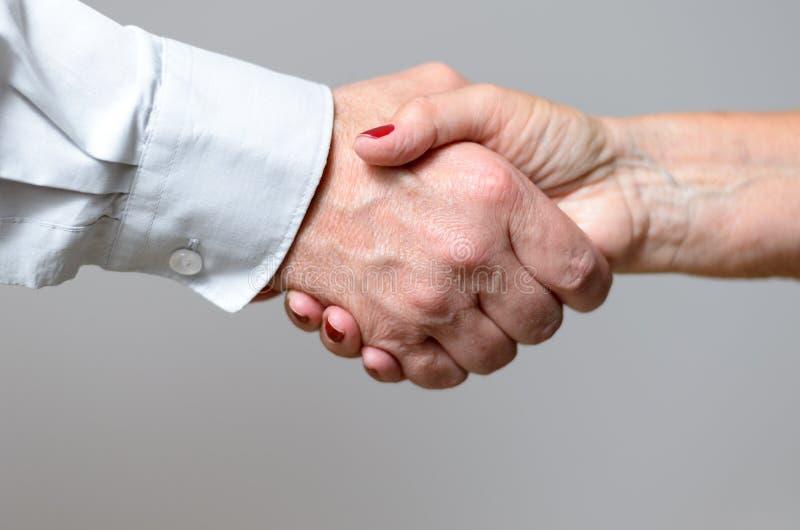 Konceptualny uścisku dłoni gest Dwa Dorosłej ręki fotografia royalty free