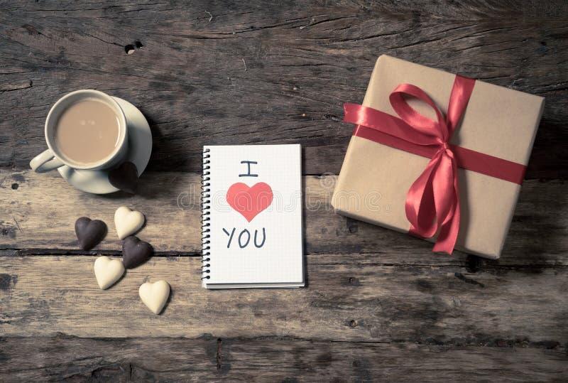Konceptualny walentynka wizerunek nutowa książka z przestrzenią dla teksta, serce kształtował czekolady i kawę fotografia royalty free
