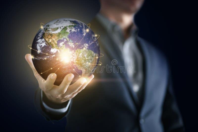 Konceptualny wizerunek biznesowy mężczyzna z ogólnospołecznym związkiem, online sieci technologii biznes obraz royalty free