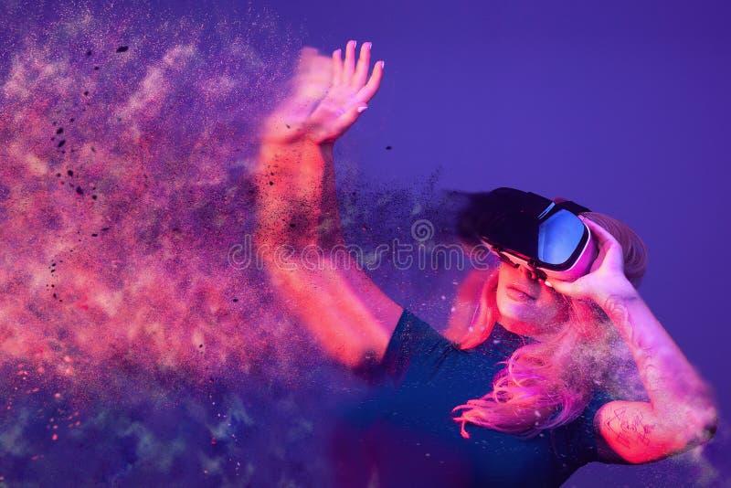 Konceptualny wizerunek jest ubranym VR słuchawki kobieta fotografia stock