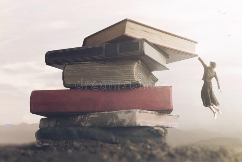 Konceptualny wizerunek odważna kobieta wspina się stos książki dosięgać wierzchołek obrazy royalty free
